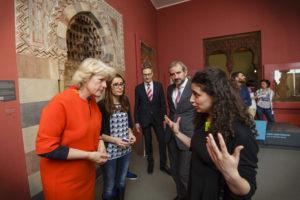 Kulturstaatsministerin Grütters und Stiftungspräsident Hermann Parzinger bei einer Multaka-Führung im Museum für Islamische Kunst anlässlich der Überreichung eines Bewilligungsbescheids zur weiteren Finanzierung des Projekts.