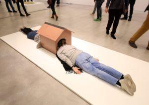Erwin Wurm, Confessional (One Minute Sculpture), Berlinische Galerie 2016, © Erwin Wurm, VG Bild-Kunst Bonn, 2016, Foto: Amin Akhtar